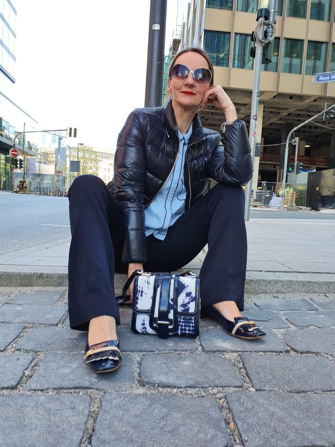 modeblog-ue50_blau_kombinieren-hellblaue_bluse-tasche-batikmuster-blog-oceanblue-style.jpg