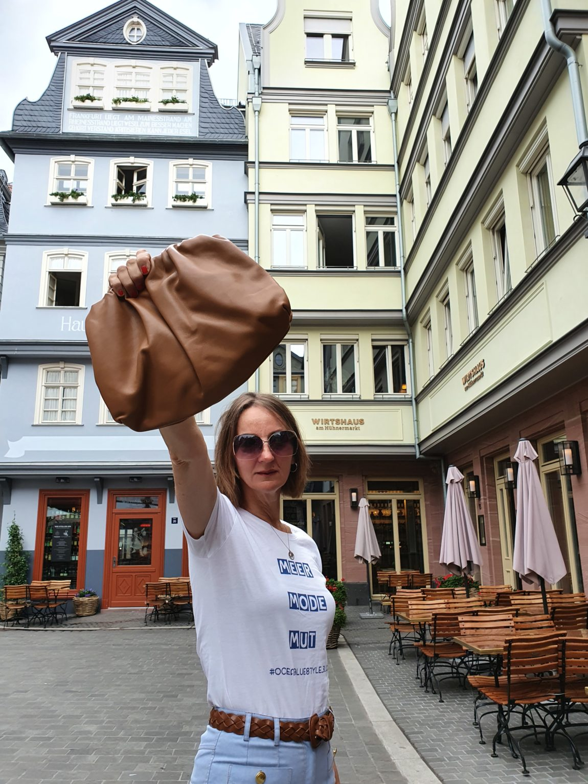 Frau-ue50-modeblog-plateausandalen-70er-pouch-bag-caramel-oceanblue-style.jpg