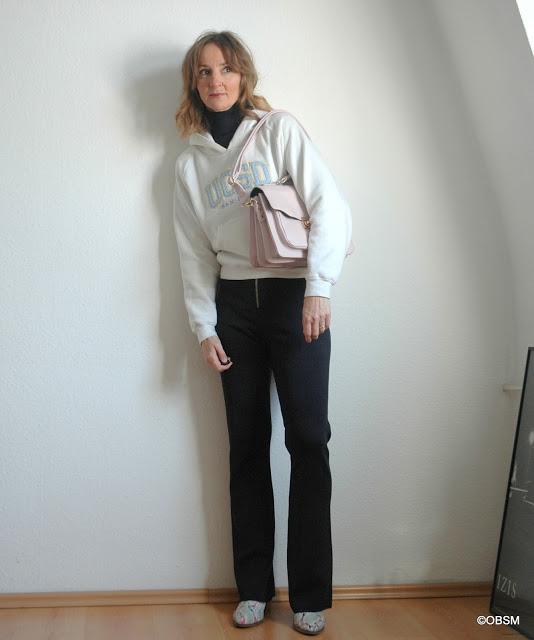 hoodie_stylen_weite_hose_blau_rollkragen_ballerinas_weiss_ankle-boots-schlangenprint_python_satchel-bag-rosa_modeblog_ue40_oceanblue-style.jpg